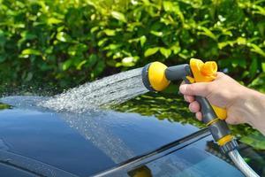 Autopflege - ein Auto von Hand waschen foto