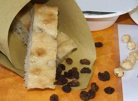 Focaccia mit Rosinen und Haselnüssen