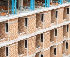 rotes Backsteingebäude im Bau foto