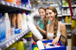 Leute, die Waschmittel im Einkaufszentrum kaufen foto