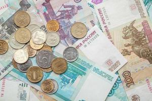 russischer Geldhintergrund. Rubel Banknoten und Münzen foto