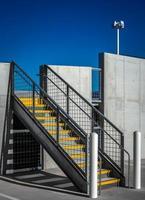 neues parkhaus mit treppe in gelb