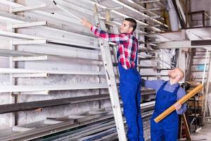 Arbeiter inspizieren Fensterrahmen foto
