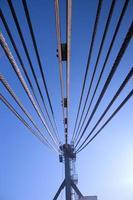 Stahlseilkran gegen den Himmel foto