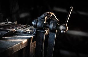 Antiker Schraubstock in der Schmiede
