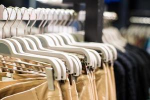Kleidung auf Kleiderbügeln foto