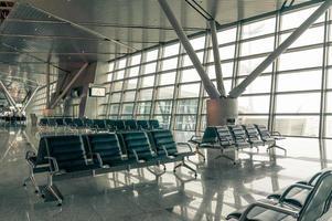 Wartebereich am Flughafen, Sitzplätze und vor dem Fenster foto