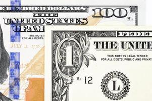 Makroaufnahme eines neuen 100-Dollar-Scheines und eines Dollars