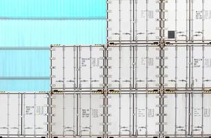 bunter Stapel des Behälterversands an der Werft