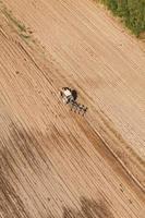Luftaufnahme des Traktors, der das Feld pflügt