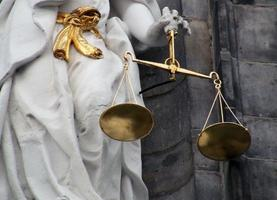 Symbol der Gerechtigkeit auf dem Delfter Rathaus in den Niederlanden foto