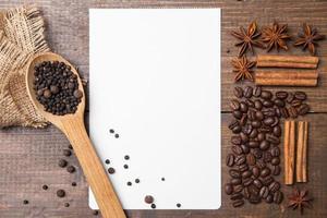 leeres Papier für Rezepte mit Kaffee und Gewürzen foto