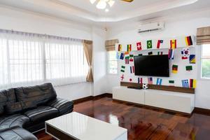 moderner Raum mit Fernseher und Flaggen für die Fußballmeisterschaft 2014 foto