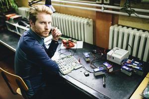 junger Mann in der Elektronikwerkstatt foto