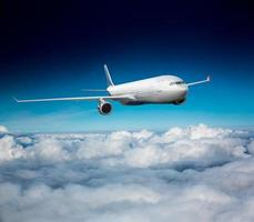 Passagierflugzeug am Himmel foto