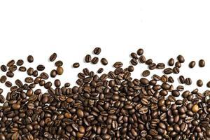 Kaffeebohnen auf einem weißen Hintergrund foto