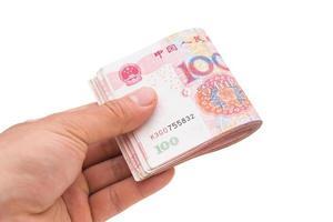 Hand hält Stack oder RMB mit Clipping-Pfad foto