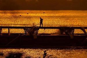 die Aufgaben im Sonnenuntergang foto