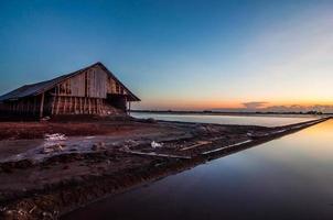 schöne Landschaft des hellen Sonnenuntergangs auf Meersalzfarm foto