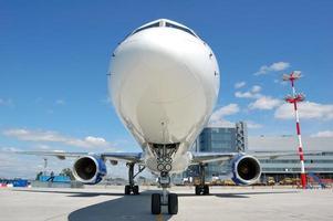 Düsenflugzeuge auf dem Flughafen geparkt foto
