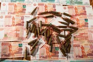 russische Rubel und Munition foto