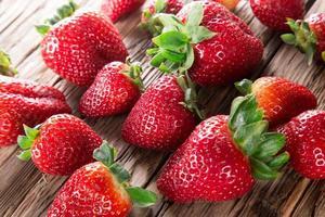 Erdbeeren auf hölzernem Hintergrund. foto