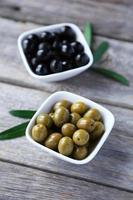 grüne und schwarze Oliven in Schüssel foto