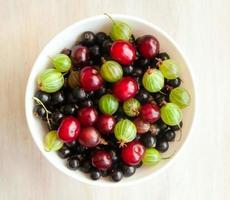 Schüssel mit verschiedenen frischen Beeren hell, Sommerstillleben