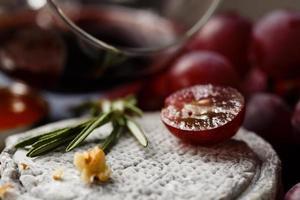 französischer Ziegenkäse mit Trauben und Wein foto