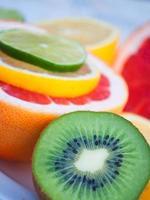 bunte tropische Früchte - Zitrone, Kiwi, Limette, Grapefruit foto