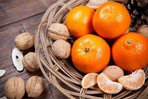 Mandarinen auf Holztisch