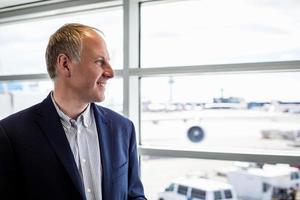 Geschäftsmann glücklich, mit dem Flugzeug zu reisen foto