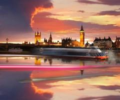 berühmter Big Ben am Abend mit Brücke, London, England foto