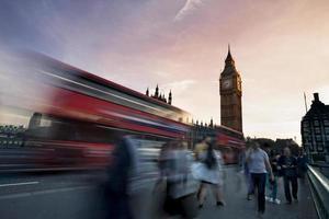 Verkehr auf der Westminster Bridge mit Big Ben im Hintergrund foto