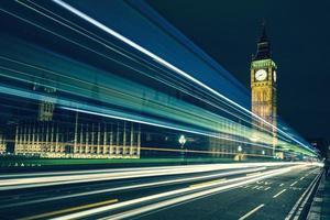 Big Ben und Lichter der vorbeifahrenden Autos foto