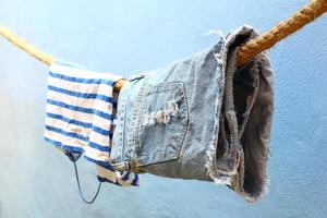 nasse Kleidung hängt foto