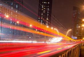 Nachtlichter der Großstadtstraße foto