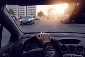 Der Fahrer geht durch sonnige Straßen in der Stadt foto