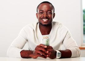afrikanischer Mann hält uns Dollar foto