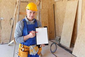 Vorarbeiter zeigt auf Ordnerplatte foto