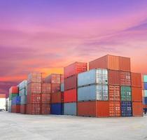 Versandbehälter an den Docks mit schönem Himmel foto