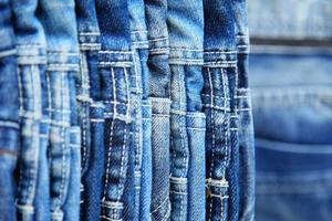 Reihe von aufgehängten Blue Jeans foto