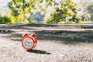 roter Wecker mit zwei Glocken am Boden foto