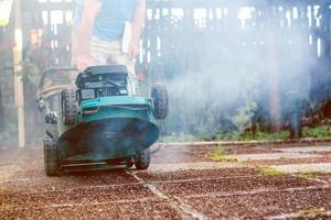 Rauchen und verrückter kaputter Rasenmäher foto