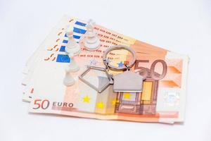 Banknoten von fünfzig Euro mit Schlüsselanhänger und Bauern foto