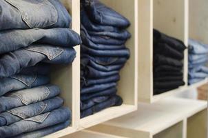 Jeans in einem Geschäft foto