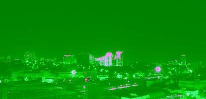 Panorama des Nachtbaus über Stadtstraßen foto