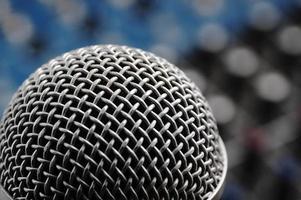 Audiomischer und ein silbernes Mikrofon. foto
