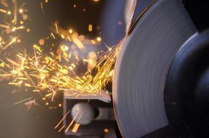Werkzeugschleifen von Metall foto