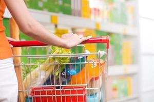 Frau im Supermarkt mit Wagen foto